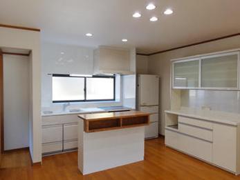 収納スペースが増え、以前よりも明るく、使い勝手の良いキッチンとなりました。