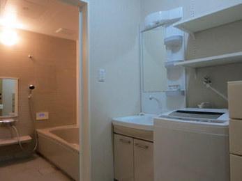 リピーターのお客様からのご相談です。毎日使う場所だからきれいにしたいですね。脱衣室の寸法に合せて洗面化粧台、洗濯機、収納をプランしました。壁の可動棚は特に喜んでいただきました。これからもよろしくお願いします。