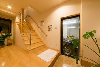 1階にガレージ、2階に居住スペースを計画しました。愛車が玄関から見えるのは素敵ですね。せっかくの機会です思い切って楽しい空間を創りましょう。楽しくわいわいと(^^)