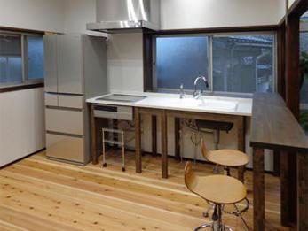 キッチンはカフェ風になり、人も呼べるようになりました。ホーローの2槽式シンクで作業がし易くなりました。