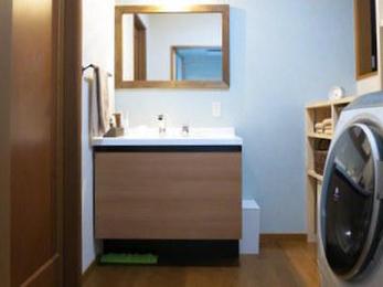 ただリフォームするだけではもったいないですね。私たちは、色、材質も考えておしゃれリフォームを提案する事ができます。お客様からはお風呂に二重窓を設置して大変喜んでいただきました。あったかお風呂の完成です。