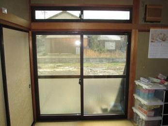 内窓取付けはサイズを測って製作するので寸法ぴったりにできます。断熱、結露防止、遮音に効果があります。省エネにもなるので電気代、灯油代が節約になりますね。ぜひご検討ください。