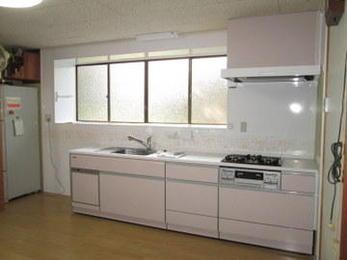 キッチンを取り替えるときにはせっかくなので内装もきれいにしたいですね。部屋全体が明るく気分も変わりますね。とても喜んでいただけました。キッチンリフォームはお気軽にご相談ください。