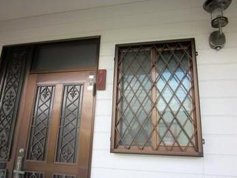 防犯上の理由で窓に面格子をつける方が増えています。一人暮らしの方は特にそうです。取り付けると高級感も出てイメージもとても良くなります。心配な方はぜひどうぞ。