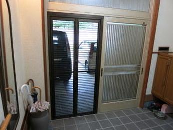 窓には最初から網戸がついている場合が多いですが、玄関や勝手口には無い場合が多いです。折れ戸タイプは使い勝手も良く人気でおすすめです。