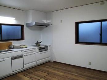 キッチンをリフォームするとたいていの場合明るくなったと喜んでいただけます。毎日使うものなのでキッチンにもこだわりたいですね。ホーローが丈夫で手入れも簡単で人気おすすめです。