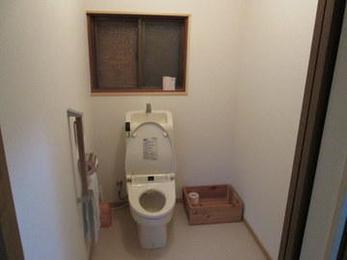 トイレの介護リフォームのポイントは、広さと、手すり、ウオシュレット便器、入り口を引き戸にする、段差解消です。K様宅ではこの全てをクリアしています。皆さまのお宅は大丈夫でしょうか?