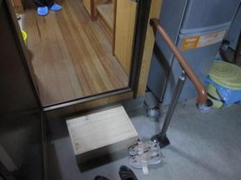 家の中の段差は危険ですね。高齢者は転ぶだけで大きな怪我につながります。その時に手すりを設置するとさらに使い勝手が良くなります。小さな工事もおまかせください。