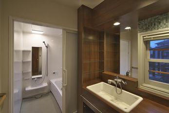 洗面所をきれいにすると家全体が引き締まりますね 突然のお客様でもだいじょうぶ システムバスは中級品でも機能は上級 全体コストを予算内に収めることができました