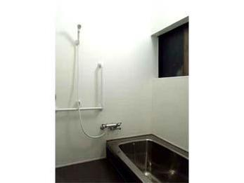 既存の浴槽をそのままに、壁や床、天井を貼り替え、見違えるように綺麗になると共に、寒さで悩まれていたお風呂が暖かくて快適な空間になりました。