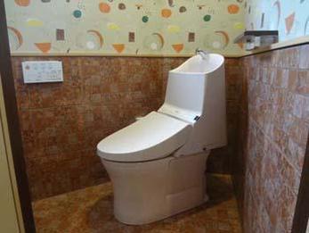 以前のトイレより利便性が高まった上、明るくなり大変喜ばれておられました。施工中も店の営業の事も細かく配慮してくれて助かりました。今まで問題だった事が解決して良かったです。
