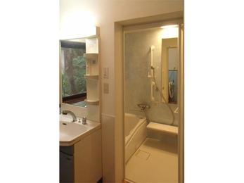 タイル風呂からシステムバスへの変更ですが、予定通りのスケジュールできちんと納めていただき安心しました。洗面台の横にキッチンパネルを貼ってもらったりと、細かなところの気配りもしてもらい、明るい空間になりました。