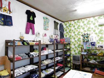 フィンレイソンとスヌーピーの2種類のクロスで、子ども服を引き立てる元気で楽しい店作りのお手伝いが出来たのではないかと思います。