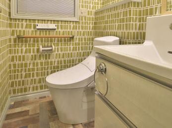 一般的にトイレと洗面は分けますが家族だけが使う二階トイレなどはひとつにして広く使うのもいいですよね。面積が狭いので壁床のデザインは思い切ったものを採用したほうが楽しいですね。