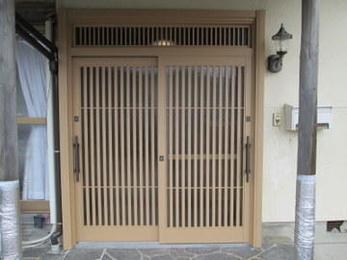 玄関引き戸はアルミ製で白木のように見えるものが人気です。枠も交換すると既存の壁の補修が必要になるのでカバー工法で施工するのがコストダウンのポイントとなります。お気軽にご相談ください。