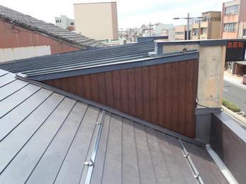 瓦屋根は重く柱梁などに負荷がかかります。特に地震が起きた時のダメージが大きいので今回は軽くて丈夫なガルバリウム鋼板屋根を提案しました。隙間がないので雨漏りはしません。