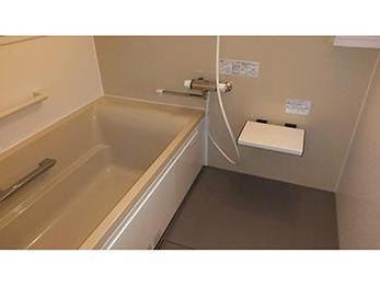 温かく広々とした浴槽で大満足です。シロアリ問題も解決してホッとしています。