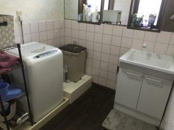 いつの間にか物があふれて狭くなってしまう洗面脱衣室は悩みの種ですね。お客様がこられたらパニックになりそうです。一つ一つ丁寧にはかりすっきりと収まりました。