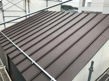 金属屋根は瓦屋根に比べて軽く地震にも強いのが特徴ですが。軽いことで既存の柱梁などにかかる負担を軽減することも出来ます。様々な問題に対応する提案が出来ます。