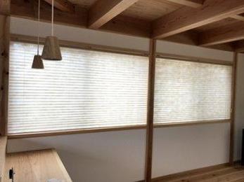 窓周りの商品はカーテン、ブラインド、ロールスクリーンなど沢山の種類があります。機能だけでなくデザインも部屋の雰囲気に合わせて提案することが出来ます。お気軽にご相談ください。