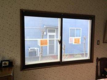 内窓取付が人気です。隙間風もなくなり部屋の暖気が逃げません。夏場は逆に冷房効率が上がり省エネにもなります。ぜひどうぞ。