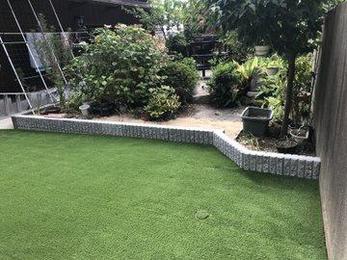 昔の人工芝はすぐ傷んでだめになっていましたが、最近の製品はレベルが高く長持ちします。庭全体がきれいになります。