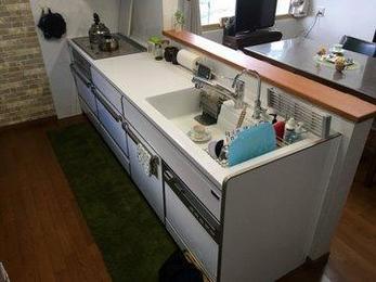 ホーローキッチンは掃除が簡単でメンテナンスフリーで人気があります。お客さんと一緒にショールームに行って検討することができます。
