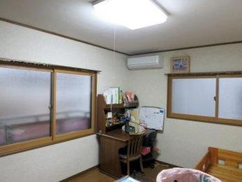 内窓を設置することで暑さや寒さが和らぐと共に、戸外の音が聞こえなくなり落ち着いた部屋になります。大人気商品おすすめです。