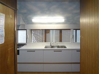キッチン全体が明るくなり、心配していた床もしっかりしたので、とても満足しています。