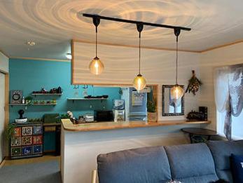 夜、家に帰ってぼーっとしながら天井の模様を眺める時間が落ち着きます。壁紙がきれいになったので、お部屋のDIYが楽しく捗ります!