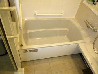 浴室は汚れやすく掃除がしやすいほうがいいですね。ユニットバスはパネルに汚れがつきにくくさっと落ちます。保温浴槽で入浴も快適です。