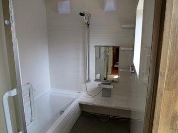タイル在来浴室に比べユニットバスは掃除がしやすくて人気があります。断熱構造なので隙間もなく冬でもあったかいのが特徴です。工期も短くできるのでお気軽にご相談ください。