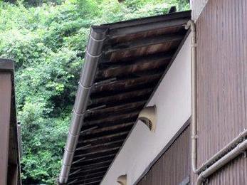 たかが雨樋されど雨樋 壊れたままにしておくと雨水が外壁に直接当り外壁の劣化が進みます ほっておくととんでもない事になる場合があります お早めにお電話ください