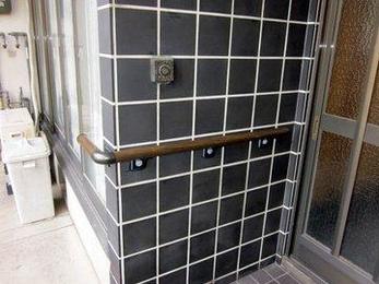 手摺が必要な場所に設置することができますが下地などを確認してその場所にあったものを提案することができます。玄関前はぬれても腐らない材質のものを手案しました。