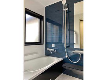 かっこいい浴室が出来ました。長い間不便な思いをしておられた奥様が、「新築みたい!本当に嬉しいわ!」とおっしゃって下さいました。