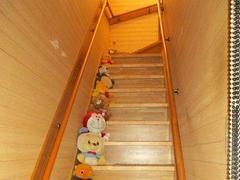 階段は家の中での事故が多い場所です。加齢と共に安全安心な家にしていかなければいけません。ちょっとした工夫とアイデアが必要になります。