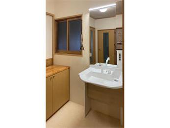足元だけでなく、鏡も大きくなって車椅子で安心して使えます。鏡が大きくなったおかげか部屋も明るくなったように感じます。