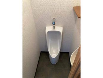 洋式便器の後は少し濃い色で柄のあるアクセントクロスにしました。トイレの雰囲気も引き締まった印象になり喜んでいただきました。